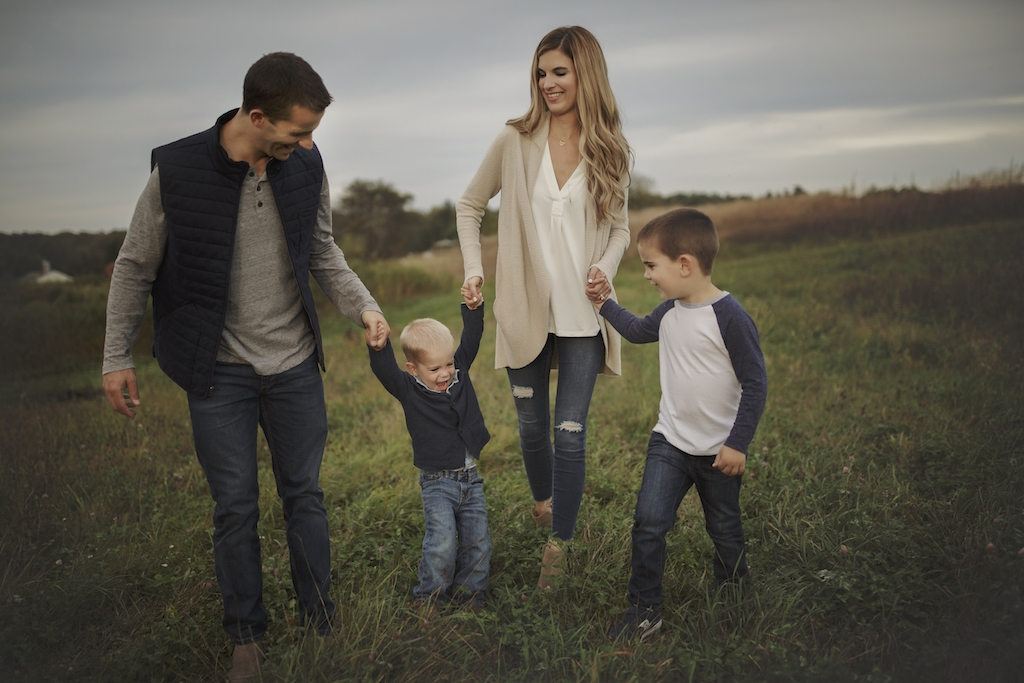 bookmark this! how to pick family photo shoot fashion for the while family.