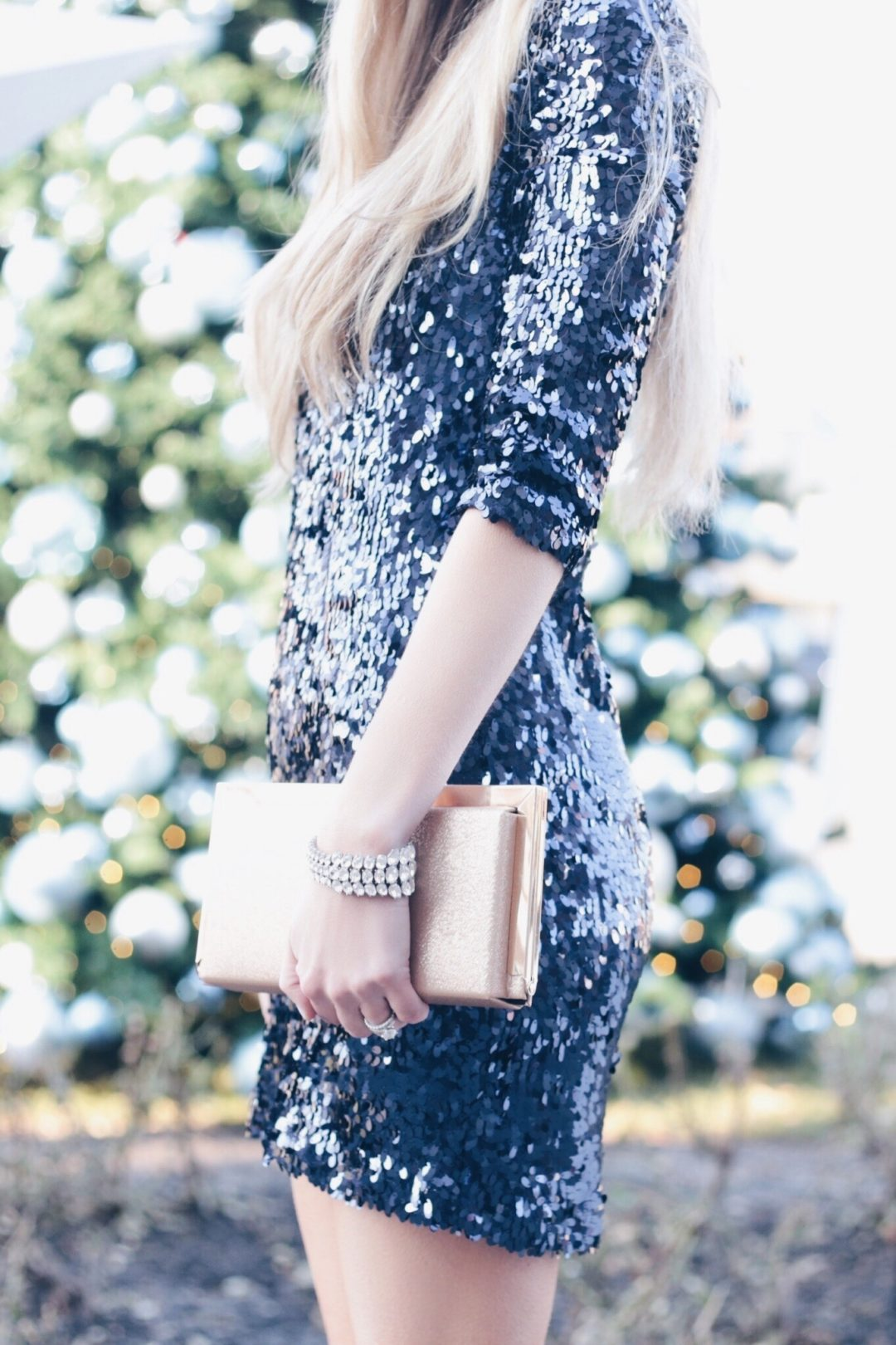great gatsby dresses for 1920's theme parties - short sequin dress and gold clutch on pinterestingplans